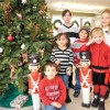 Ayude a Adornar el Arbol Navideño en Community Savings Bank