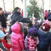 El Hospital St. Anthony Ofrece la Decoración de Arbolitos a Niños de las Escuelas