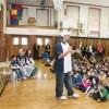 Roberto Garza, de los Chicago Bears se Reúne con Estudiantes de Berwyn