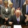 El Gobernador Quinn Firma Nueva Ley de Pensiones