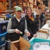 Empleados de Marquette Bank Preparan Paquetes de Regalo para Niños Necesitados