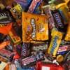 Un Bocado Mounstro de Azúcar Espera a los Trick-or-Treaters