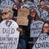 Constituyentes Protestan el TrumpCare en Chicago con Manifestación y una Cartelera Móvil