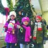 Los Niños Ayudan a Decorar el Arbol Navideño de Community Savings Bank