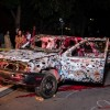 Artista de Renombre Trae a Chicago una Instalación de Arte de Coches Repletos de Armas para Destacar el Problema de la Violencia con Armas de Fuego