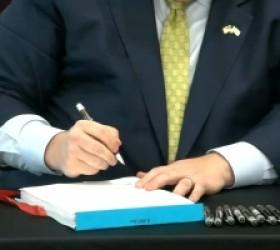 El Gobernador Pritzker Firma un Paquete de Legislación que Promueve los Derechos LGBTQ+